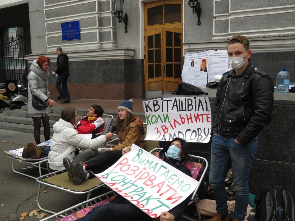 Учасники антикорупційного моніторингу розпочали голодування під МОЗ